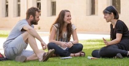 מורה ותלמידים על הדשא