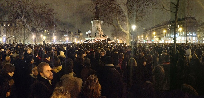 המון בעצרת בכיכר הרפובליקה פריז