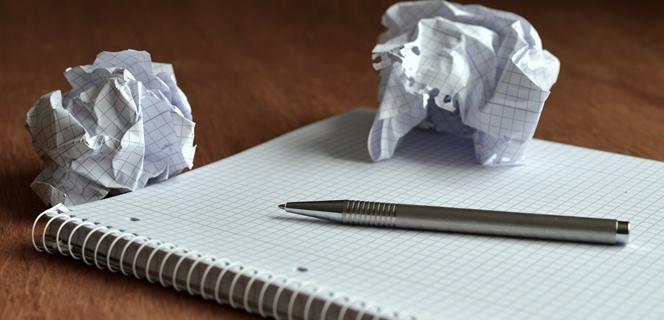 מחברת עם עט ולידה דפי נייר מקומטים לכדור