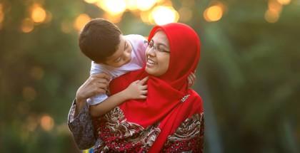 אם מוסלמית בחיג'אב אדום עם הילד שלה