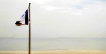 דגל ישראל מתנופף על רקע נוף מדברי