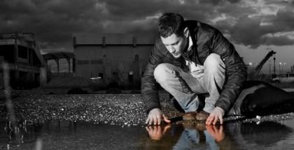 אדם מסתכל על ההשתקפות שלו באגם. מתוך כריכת הספר בן יחיד