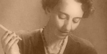 לאה גולדברג מחזיקה בסיגריה
