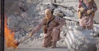לוחם דאעש אוחז כלי נשק לקראת העלאת המקום באש