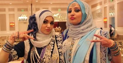 שתי נערות מוסלמיות בחיג'אבים מביטות למצלמה
