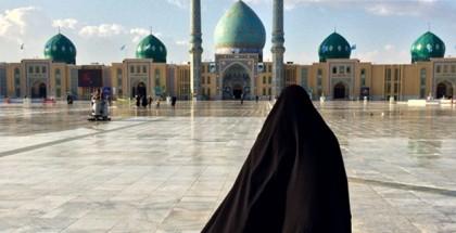 אישה בחיג'אב הולכת לכיוון מסגד באיראן
