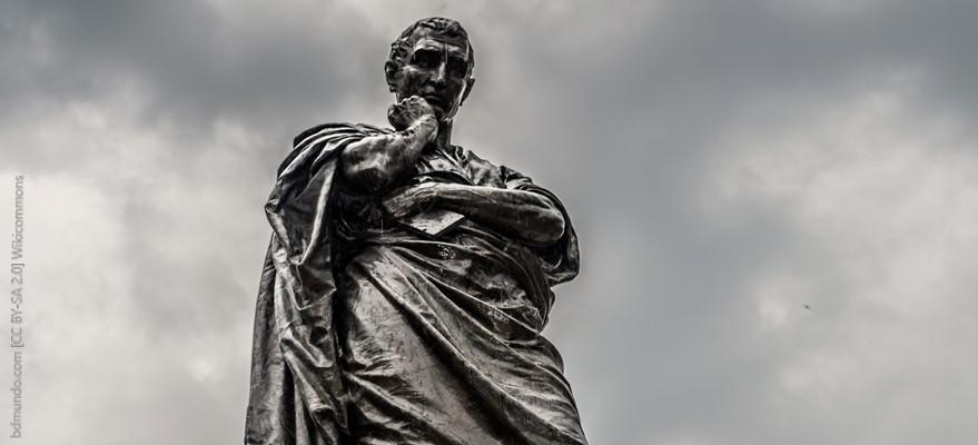 פסל של אובידיוס על רקע עננים אפורים