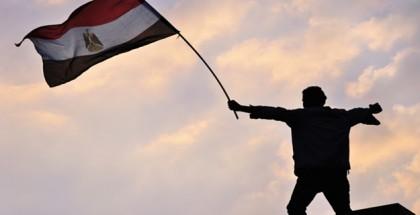 אדם מניף את דגל מצרים