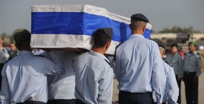 חיילים נושאים קבר העטוף בדגל ישראל