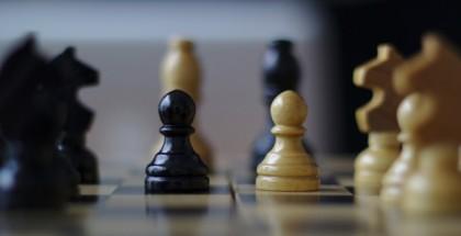 כלי שחמט מסודרים על לוח