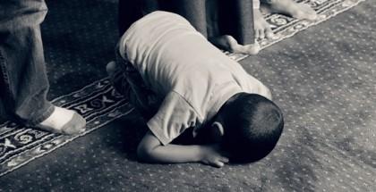 ילד מוסלמי מתפלל במסגד