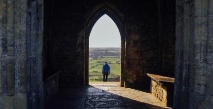 אדם עומד ומסתכל על הנוף