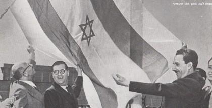 """שר החוץ משה שרת מניף את דגל ישראל מעל בנייני האו""""ם בשנת 1949"""
