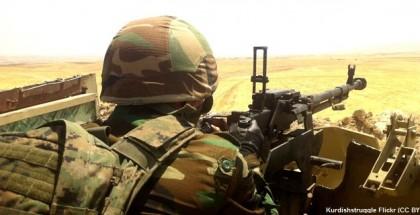 חייל אמריקאי מסתכל בכוונת הרובה