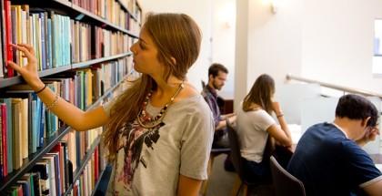 תלמידה בוחרת ספר בספריה