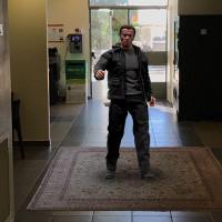 ארנולד שוורצרנגר הוא המחסל עומד בתוך בניין שלם