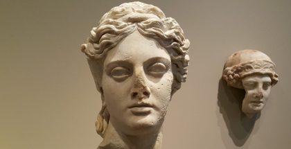 שרידי פסל של ראש אישה ומאחור בתצוגה ראש נער