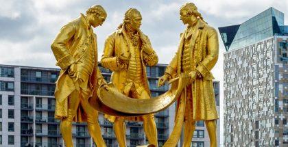 פסלם של בולטון, וואט ומרדוק מזהב, מתבוננים במגילות