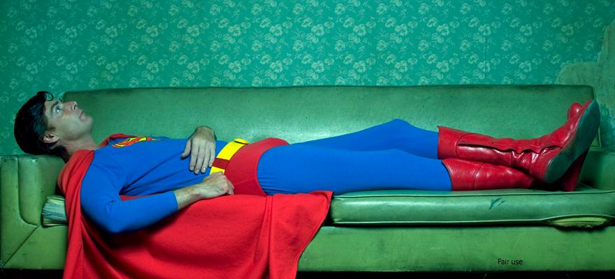 דופרמן שוכב על ספה בוהה בתקרה