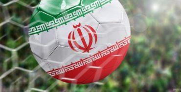 כדורגל עף ועליו מצויר דגל איראן