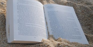 ספר מונח פתוח על החול